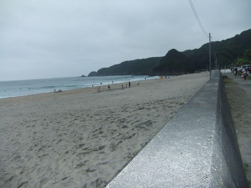 広い駐車場と広大な砂浜「吉佐美大浜海水浴場」と隣接する穴場「舞磯浜」