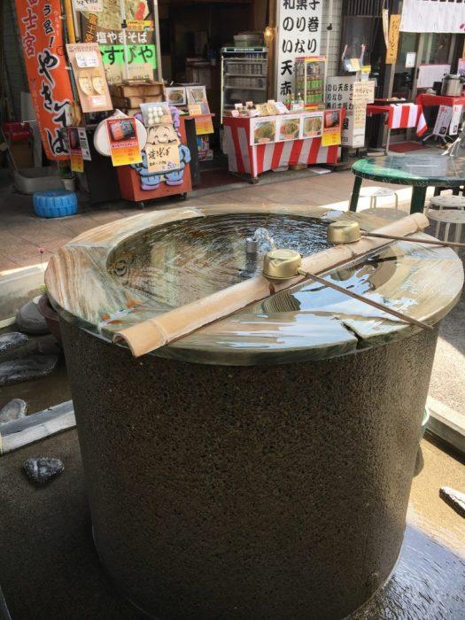 富士山の湧き水が大きい石臼のような噴水から出ている。柄杓が二個置いてある。