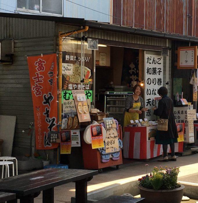 むすび屋を飲食スペースから撮影。店員が笑顔で接客をしている。