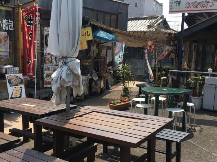 おみや横丁の奥にある飲食店を撮影。ビールや餃子、ニジマス旗や看板が見える。
