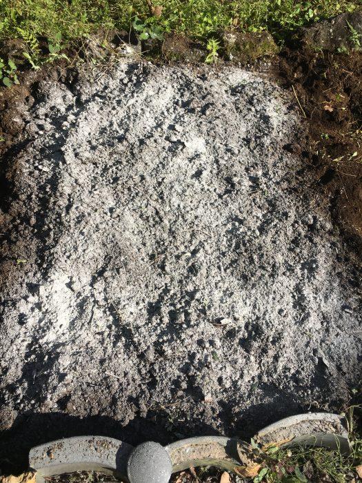 白い粉が土にまんべんなく撒かれている