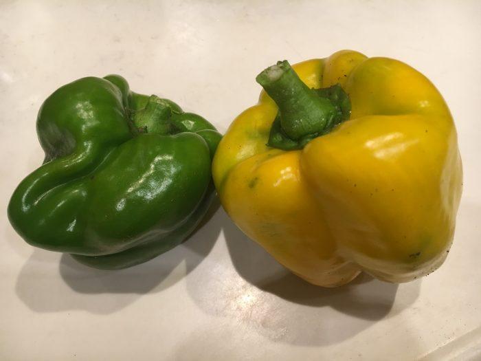 緑と黄色のパプリカの写真