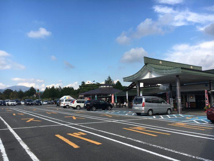 もちやの全体駐車場の写真
