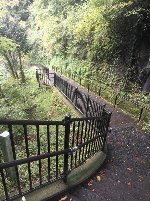 滝へ続く階段の写真