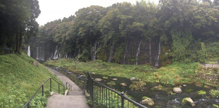 無数の細い滝の写真