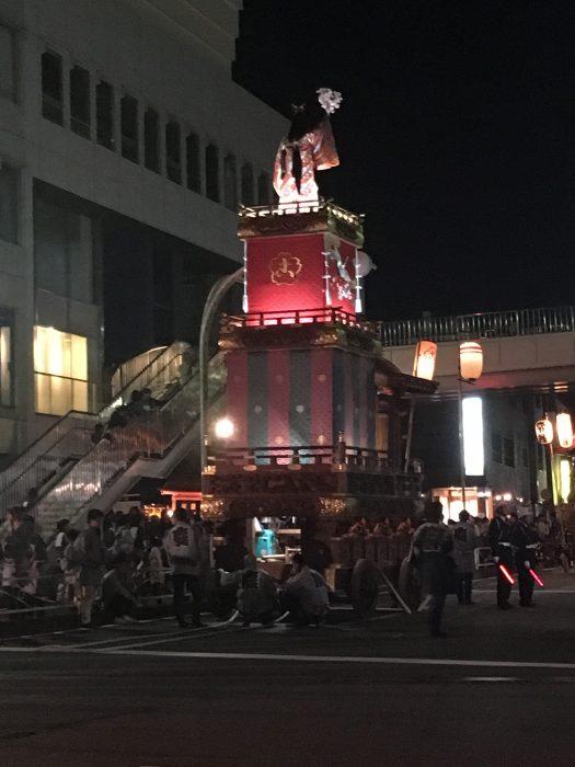 ライトアップされた神輿の写真