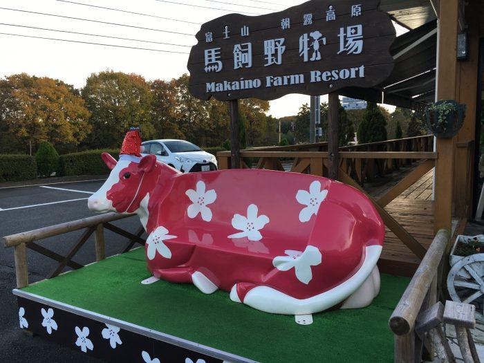 牛の形をしたベンチの写真