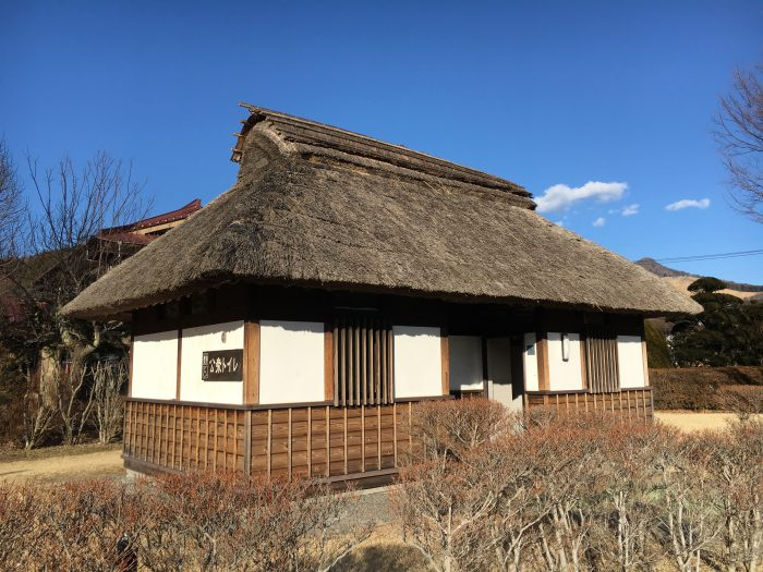 田舎の古民家っぽいトイレの写真