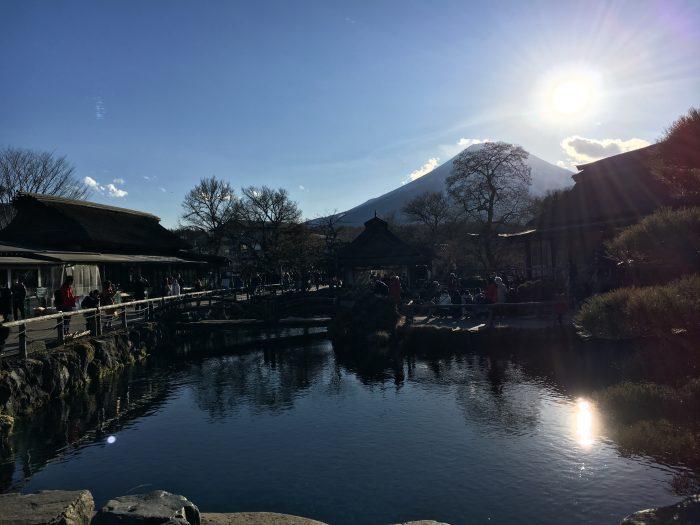 池と富士山の写真