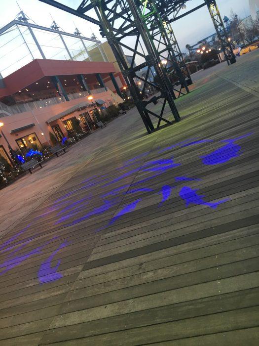 ライトアップされた床の模様