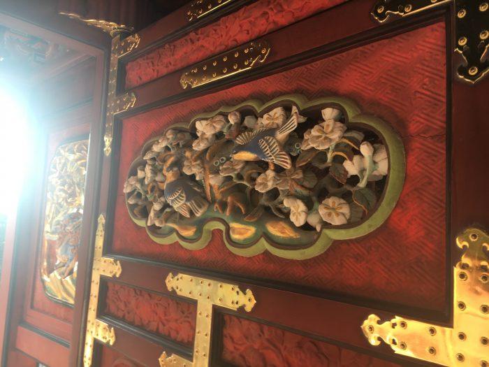 門の木彫りの写真