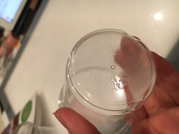 プラのコップの底の写真