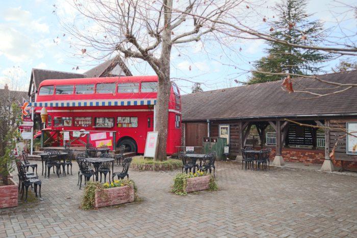 駅とアイスクリーム屋さんの写真