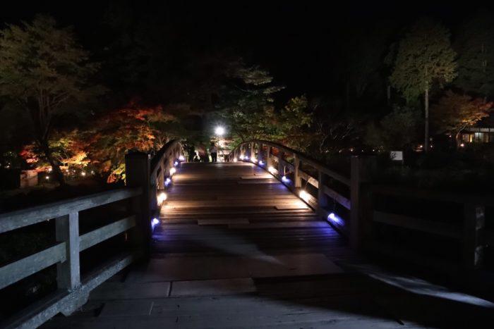 ライトアップされた橋の写真