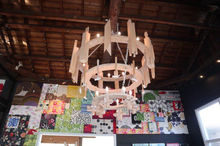 木のシャンデリアの写真