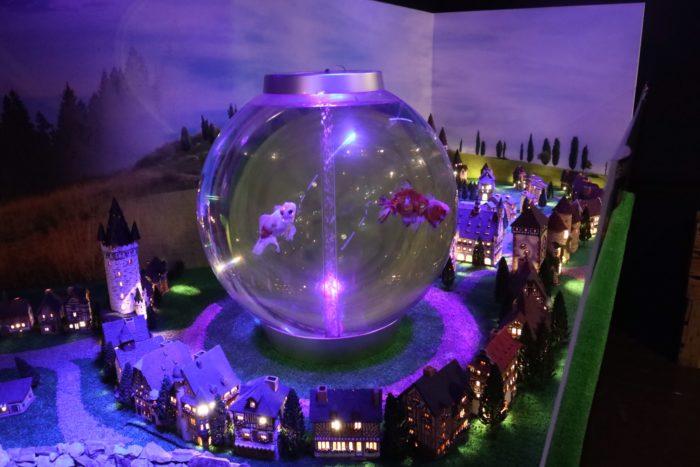 水晶玉の金魚鉢の写真